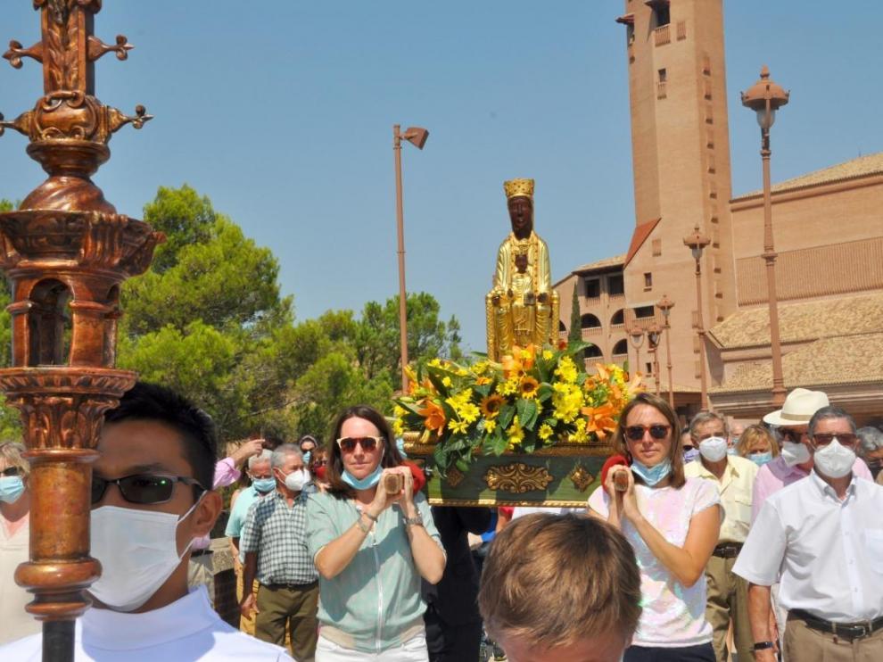 Vecinos de las poblaciones cercanas al santuario de Torreciudad rezan el rosario por los soportales.