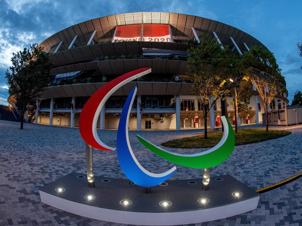 El símbolo de los Juegos Paralímpicos ante una de las instalaciones deportivas de Tokio 2020.