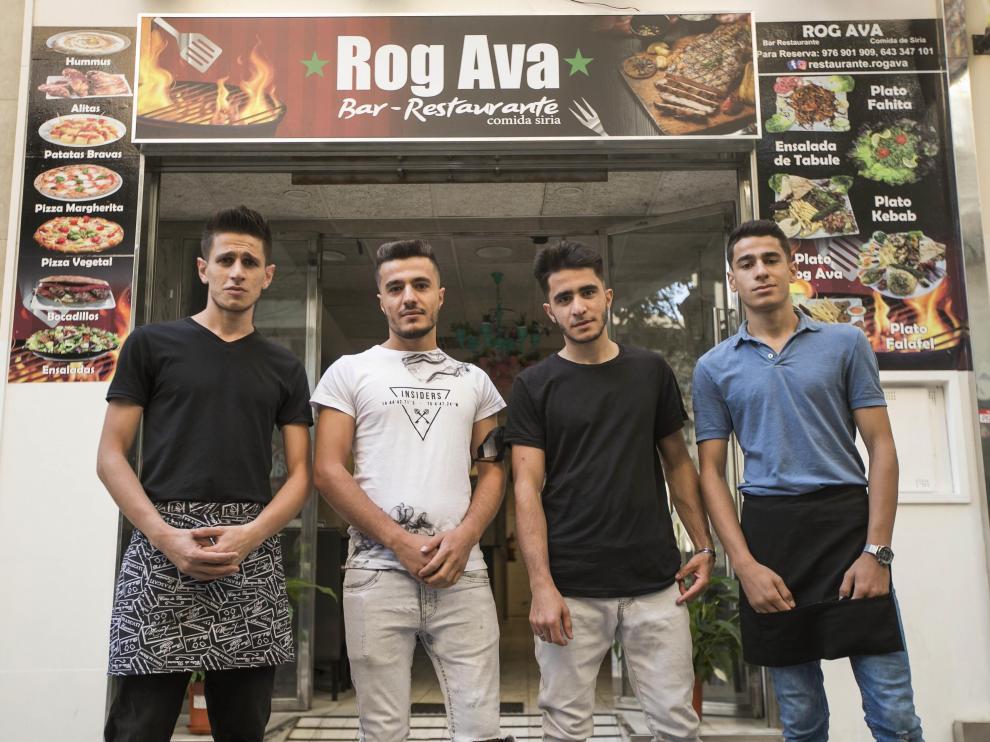 De izquierda a derecha, los hermanos Ibrahim, Mostafa, Adam y Ahmad Ramadan en la entrada de su restaurante de comida siria.