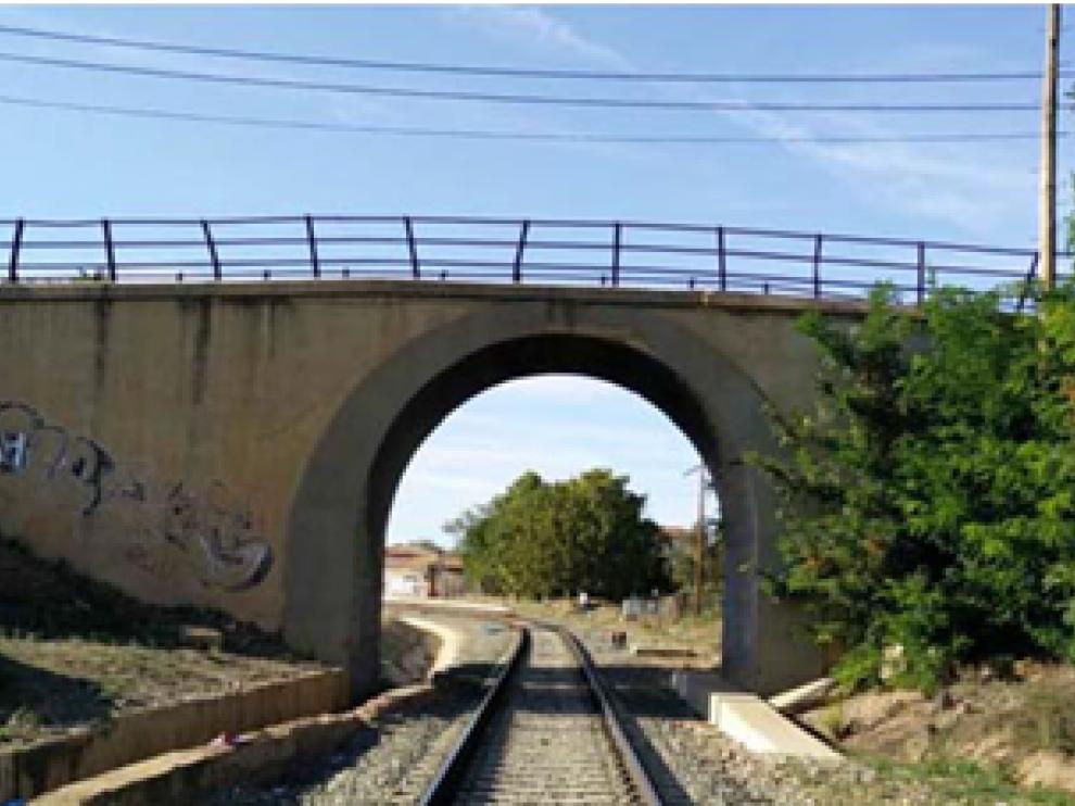 Imagen del paso superior a demoler en Cariñena, con la zona que se ampliará en la parte derecha