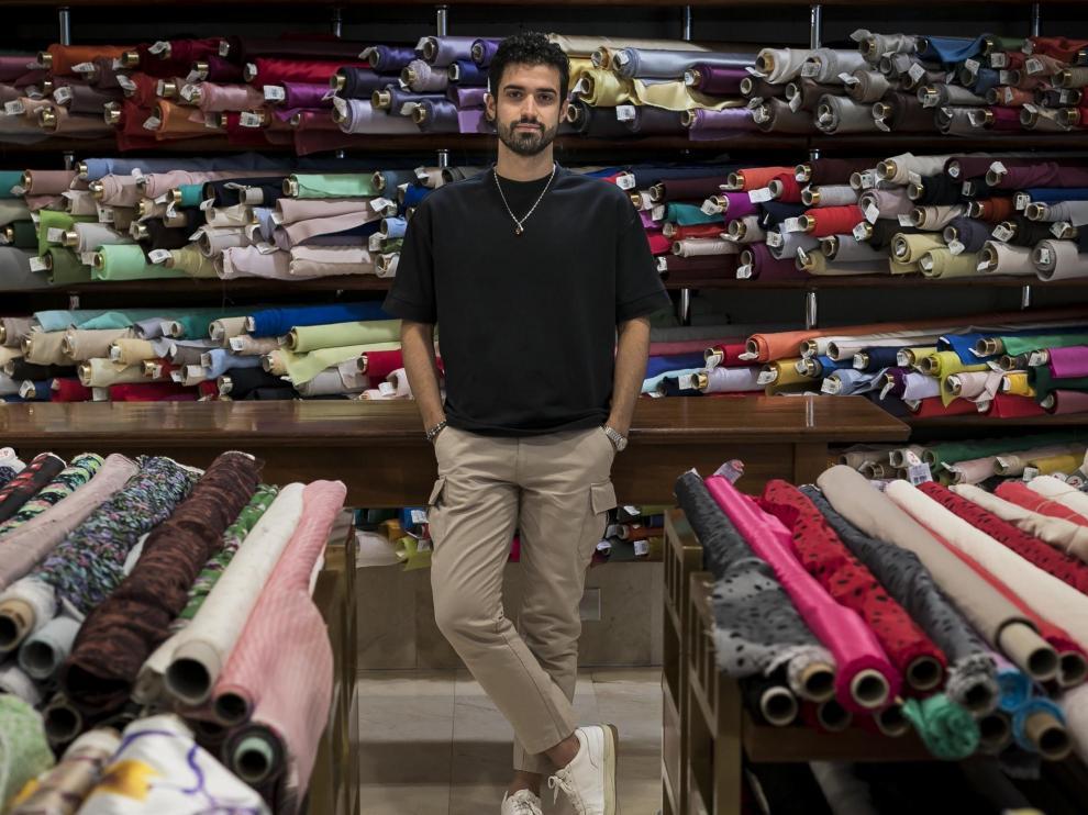 El joven oscense, en la tienda de telas Julián López de Zaragoza, donde suele comprar.