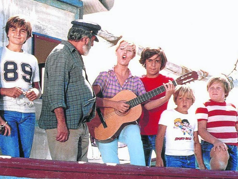 Escena en la que Julia canta el 'No nos moverán' con Chanquete y la pandilla de 'Verano azul'
