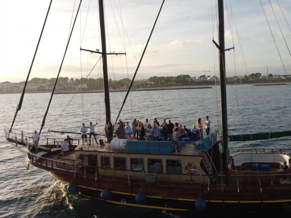 Pasajeros a bordo de la goleta Karya, degustando un vino.
