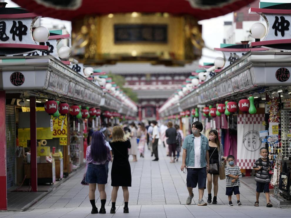 Japoneses en el barrio de Asakusa, en el centro de Tokio, este viernes.
