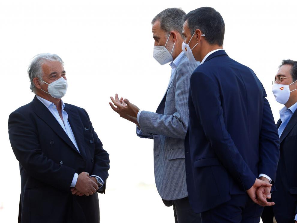 El Rey y el presidente del Gobierno hablan con el embajador español en Afganistán, Gabriel Ferrán.