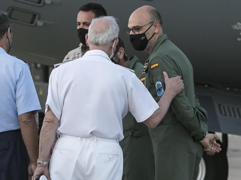 El teniente coronel José Antonio G. Paniagua (derecha), en la Base Aérea de Zaragoza