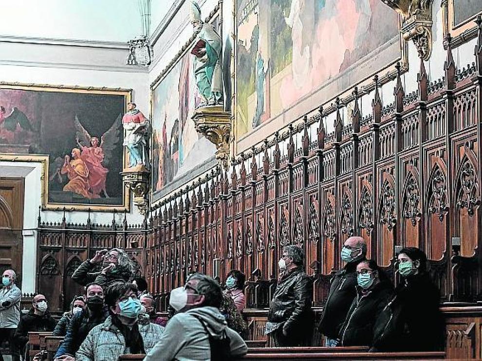 Visitantes ante las pinturas de Aula Dei.