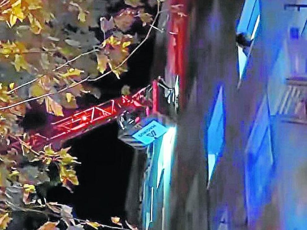 Momento del rescate por parte del cuerpo de Bomberos.