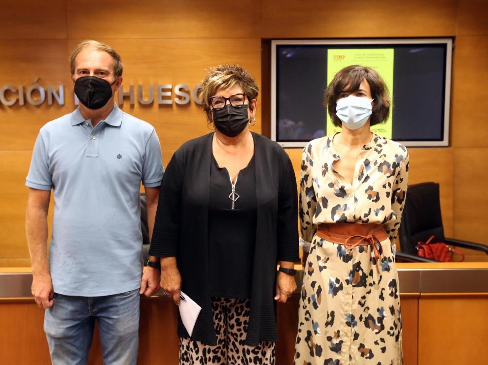 Alfredo Serreta, director de sede Pirineos de la UIMP, Elisa Sancho, vicepresidenta de la DPH, y Carmen Lumbierres, la coordinadora de uno de los cursos.