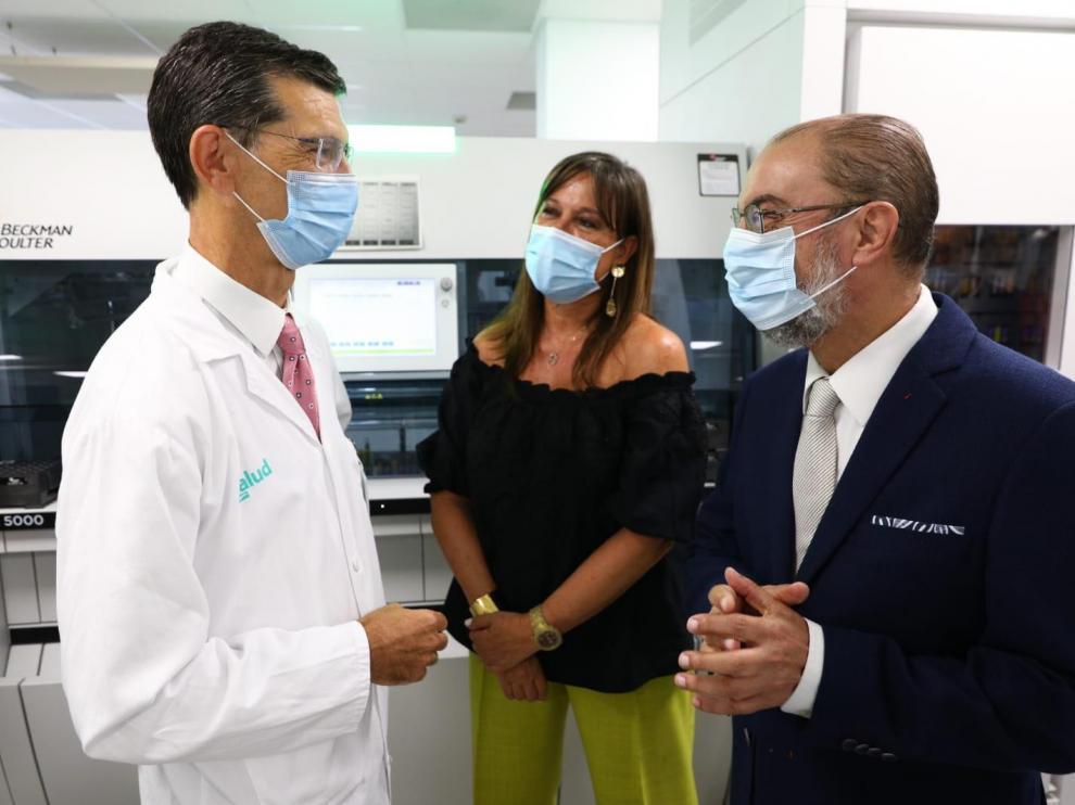 El presidente Lambán y la consejera Repollés, junto al jefe del servicio de Bioquímica del Hospital San Jorge de Huesca, José Puzo.