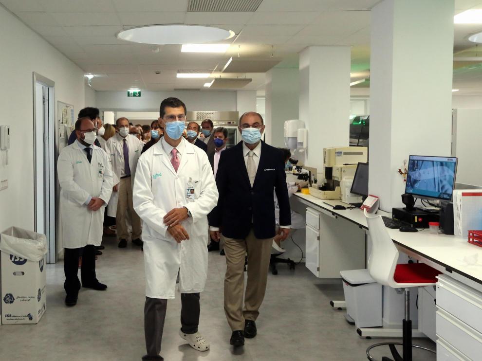 Javier Lambán, durante su visita al nuevo laboratorio del Hospital San Jorge de Huesca.