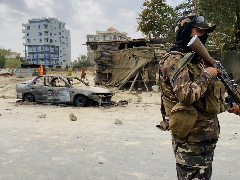 Un talibán monta guardia cerca del aeropuerto de Kabul
