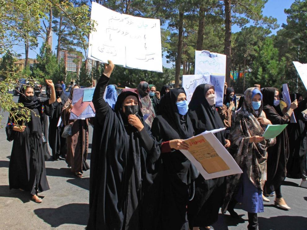 Un grupo de valientes mujeres exige ayer sus derechos durante una marcha por las calles de Herat