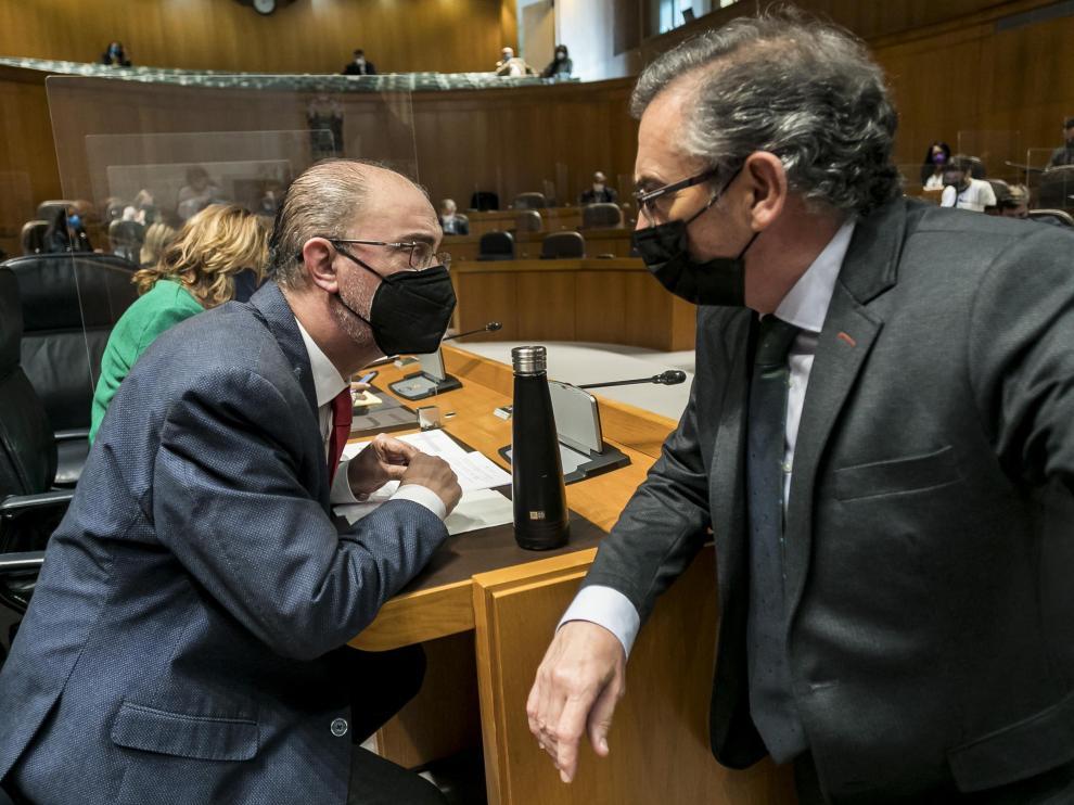 El secretario general del PSOE aragonés, Javier Lambán (I), con el presidente regional del PP, Luis María Beamonte, en las Cortes de Aragón.