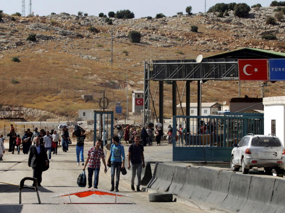 Sirios cargan sus pertenencias mientras regresan a Siria en el cruce fronterizo sirio-turco de Bab al-Hawa, en la provincia de Idlib, en una imagen de archivo.