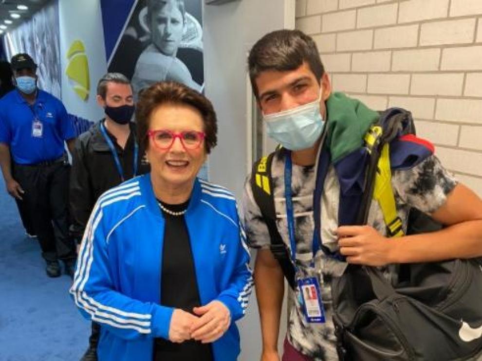 Billie Jean King, leyenda del tenis femenino, con el joven español Carlos Alcaraz