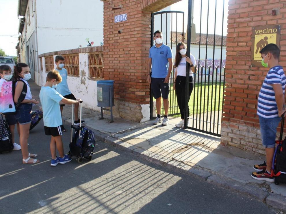 Nano Gracia y Belén Gómez dando la bienvenida a los alumnos en el colegio de Montesusín.