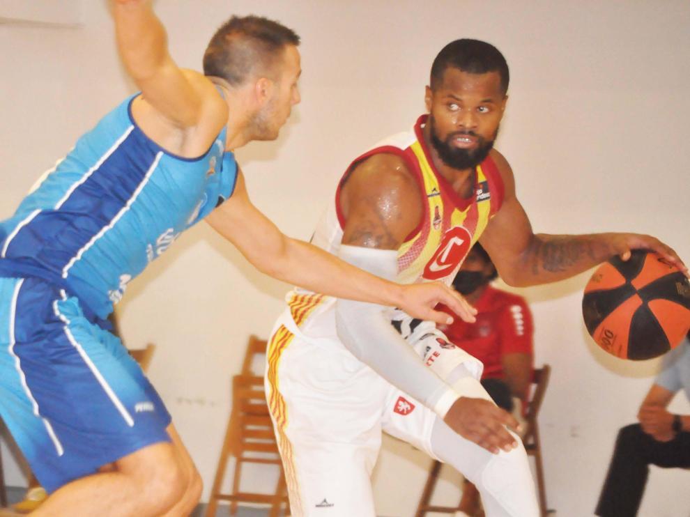 Omar Cook trata de botar el balón ante la oposición de un rival del Fuenlabrada durante el amistoso jugado en Calatayud
