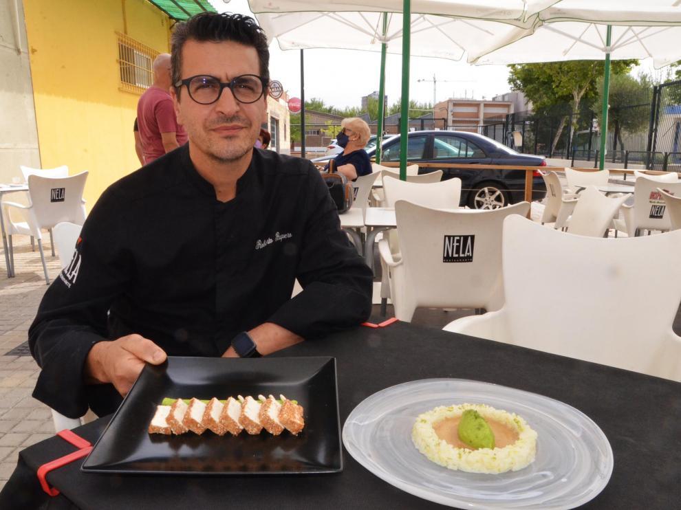 Roberto Baquero, en la terraza de Nela, con las dos recetas de arroz con leche