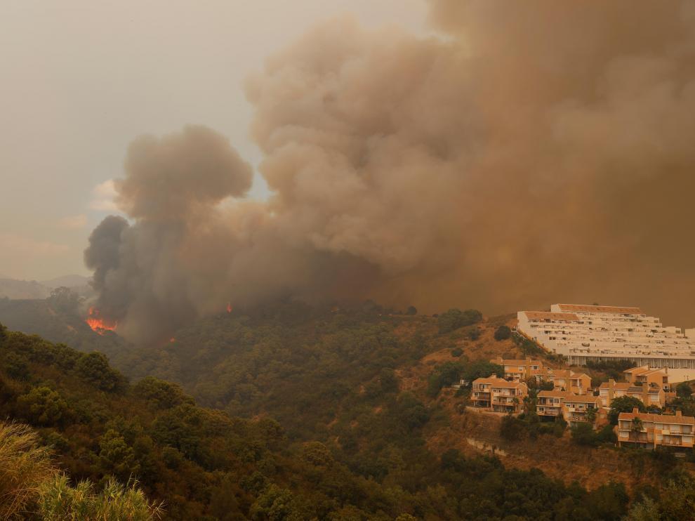 El viento mantiene activo el fuego de Sierra Bermeja y quema 2.200 hectáreas