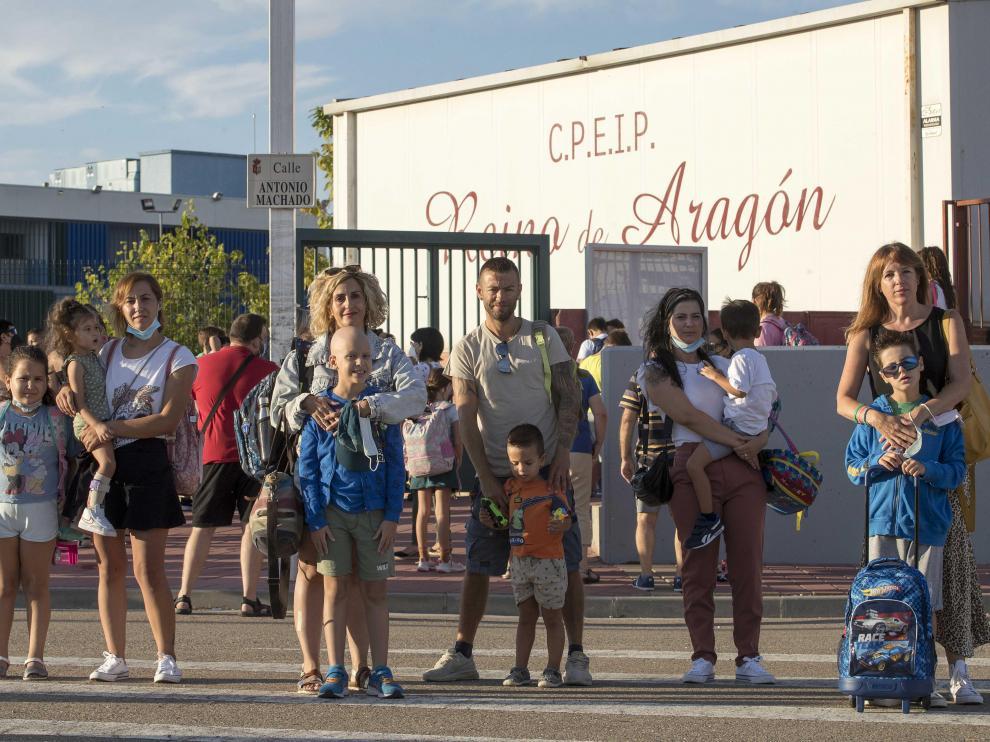 La cinco familias afectadas por la falta de dos auxiliares de Educación Especial en el Colegio Reino de Aragón, en La Puebla de Alfindén.