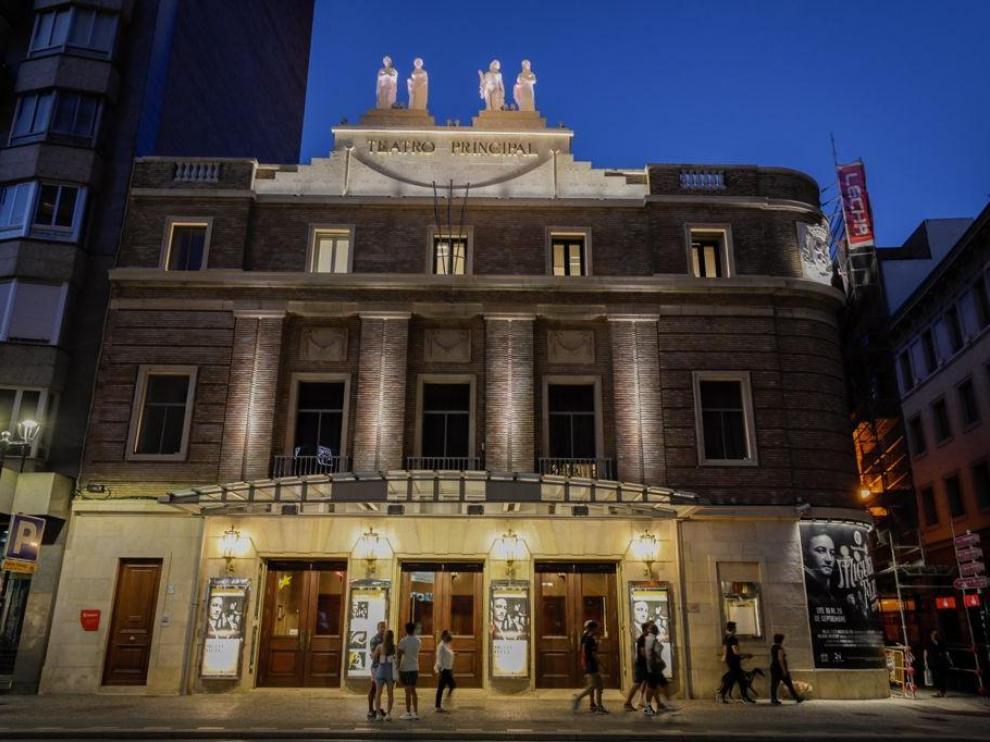 Nueva iluminación en la fachada del Teatro Principal de Zaragoza.