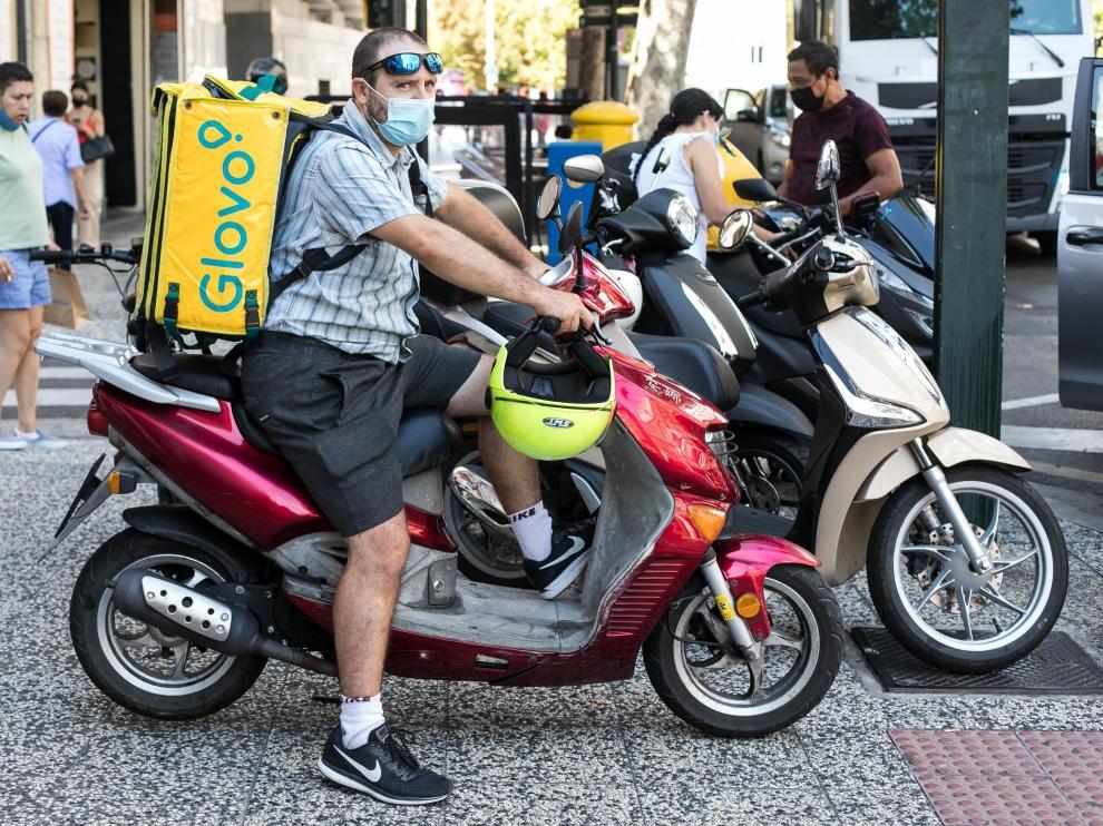 El 'rider' zaragozano Fernando, con su moto en el Coso de Zaragoza