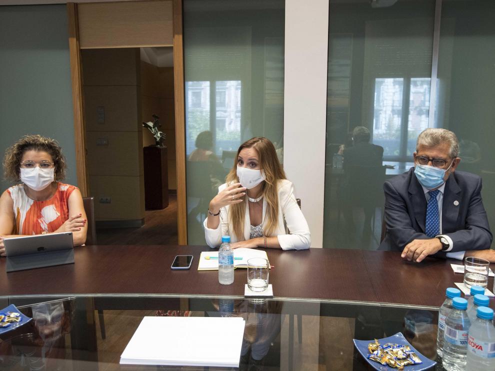La rectora de la Universidad San Jorge, Berta Sáez;_la consejera de Ciencia y Universidad, Maru Díaz, y el rector de la Universidad de Zaragoza, José Antonio Mayoral.