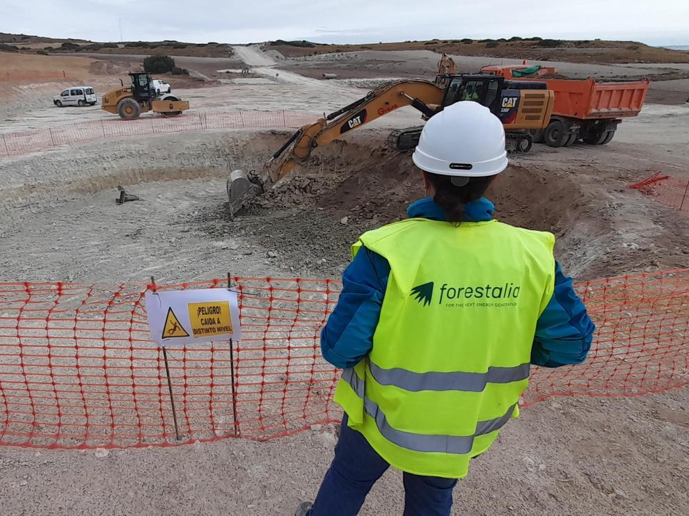 Movimiento de tierras en Almonacid de la Cuba para permitir la cimentación de uno de los trece aerogeneradores del nuevo parque.