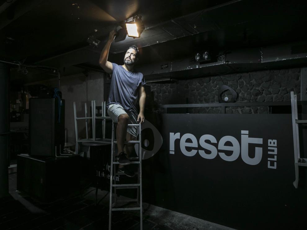 Miguel Ángel Hernández, este martes, repara un foco en su discoteca Reset Club de Zaragoza