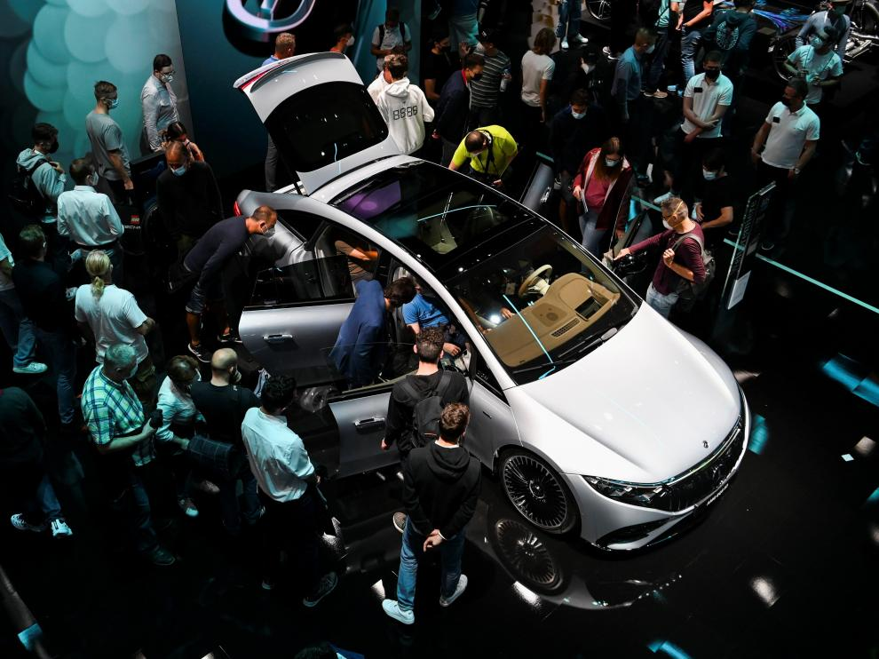 Visitors look at a Mercedes car during the Munich Auto Show IAA Mobility 2021, in Munich, Germany, September 11, 2021. REUTERS/Andreas Gebert[[[REUTERS VOCENTO]]] AUTOSHOW-MUNICH/