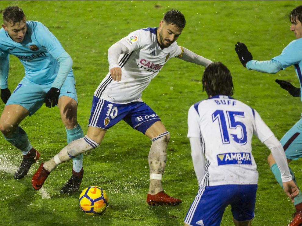 Javi Ros y Buff, entonces titulares del Real Zaragoza, en el último partido jugado en La Romareda ante un filial, el Barcelona B, en la lluviosa noche del 6 de enero de 2018.
