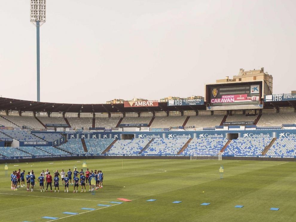 La plantilla del Real Zaragoza, al inicio de un entrenamiento en el coliseo de La Romareda, donde este sábado recibe a la Real Sociedad B.