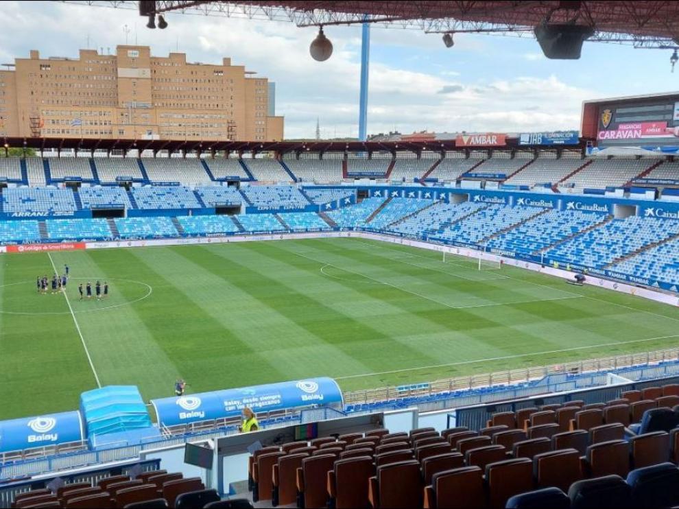 Los jugadores, en el césped de La Romareda hora y media antes del inicio del partido Real Zaragoza-Real Sociedad B.