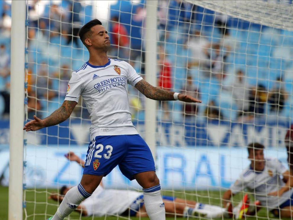 Nano lamenta una de las múltiples ocasiones claras de gol falladas ante el filial de la Real. Detrás, Giménez y Francés en el suelo.