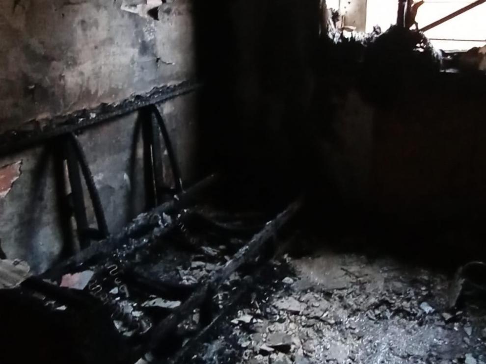 Imagen de cómo ha quedado el salón de la vivienda en Binéfar tras el incendio.