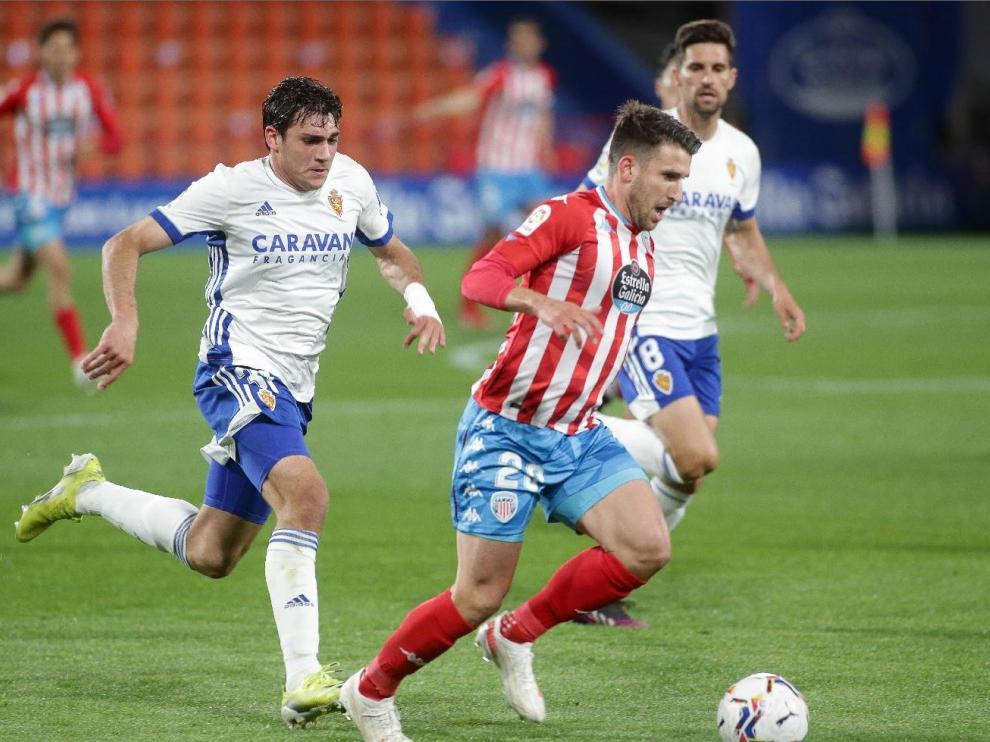 Azón y Adrián González persiguen a Gerard Valentín, en el Lugo-Real Zaragoza de la pasada liga en el Anxo Carro.