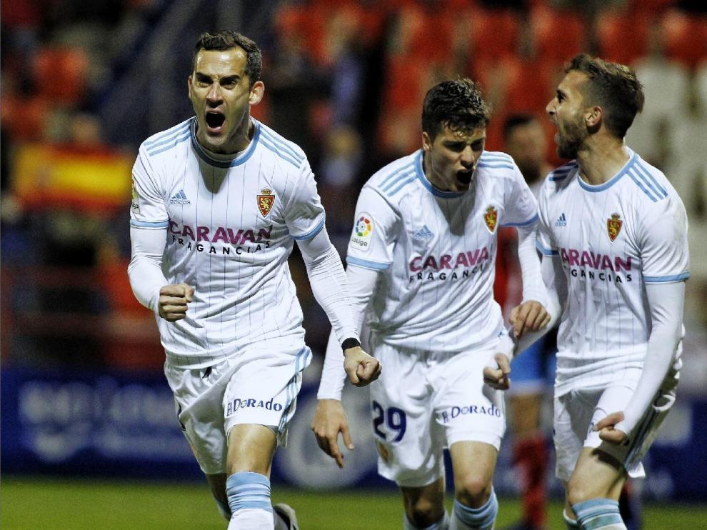 Miguel Linares celebra, junto a Soro y Benito, el gol que anotó en Lugo en el partido de la liga 18-19 que ganó el Real Zaragoza 1-2.
