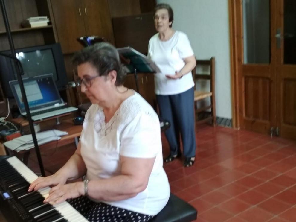 Isabel Toyos, pianista teresiana, al piano.