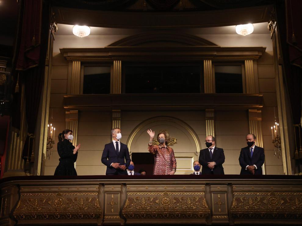 """La reina Sofía y el ministro de Cultura, Miquel Iceta (2d) entre otros asistentes, en la inauguración de la temporada 2021/2022 del Teatro Real con la representación de la ópera """"La Cenerentola"""", este jueves en Madrid."""