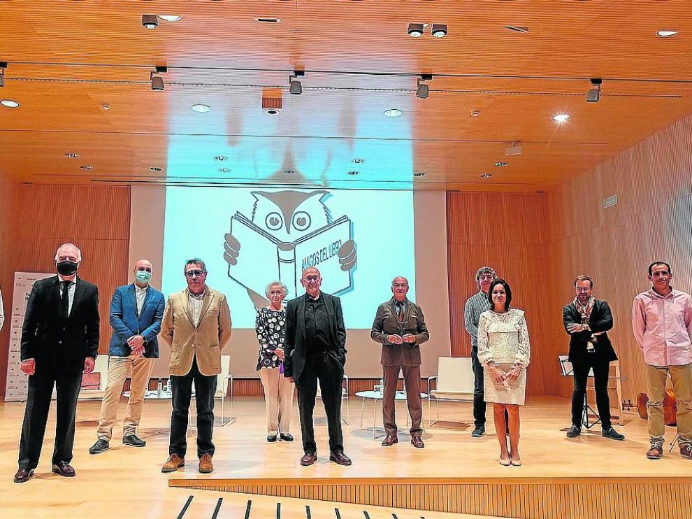 Los organizadores, los patrocinadores y los galardonados, ayer en Ibercaja.