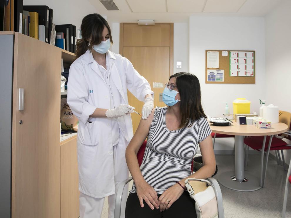 Este jueves por la mañana Aragón ha estrenado la modalidad de vacunación sin cita previa. La prueba ha tenido lugar en el centro de salud Actur Norte, y hasta allí se han acercado personas que por diversas razones no se habían vacunado hasta ahora.