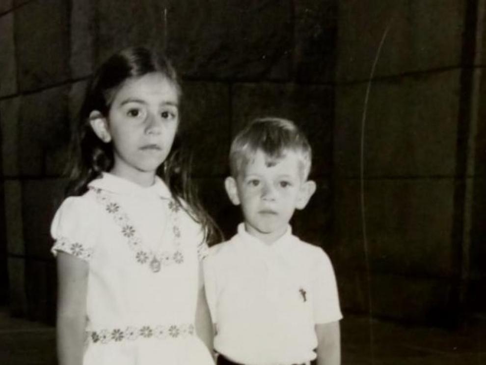 María, con cinco años, con su hermano Alberto, en la iglesia de San Antonio de Padua