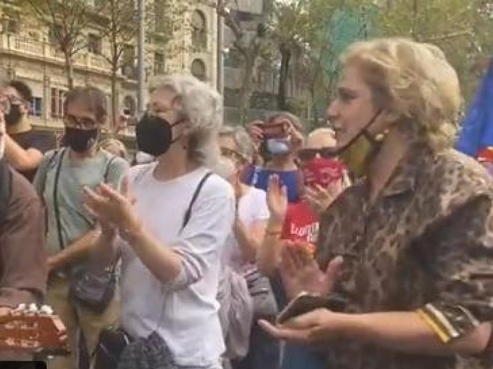 Pilar Rahola, versionando el Bella Ciao tras la detención de Puigdemont.