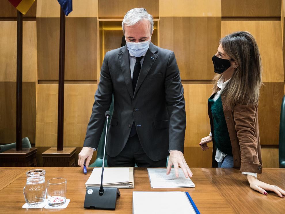 El alcalde, Jorge Azcón, y María Navarro, en un pleno del Ayuntamiento de Zaragoza