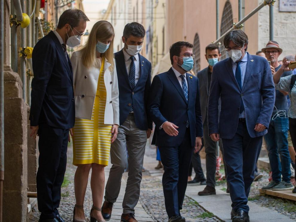 El delegado del Govern en Italia, Luca Bellizi; la consellera Victòria Alsina; el vicepresidente Jordi Puigneró; el presidente Pere Aragonès y Carles Puigdemont.