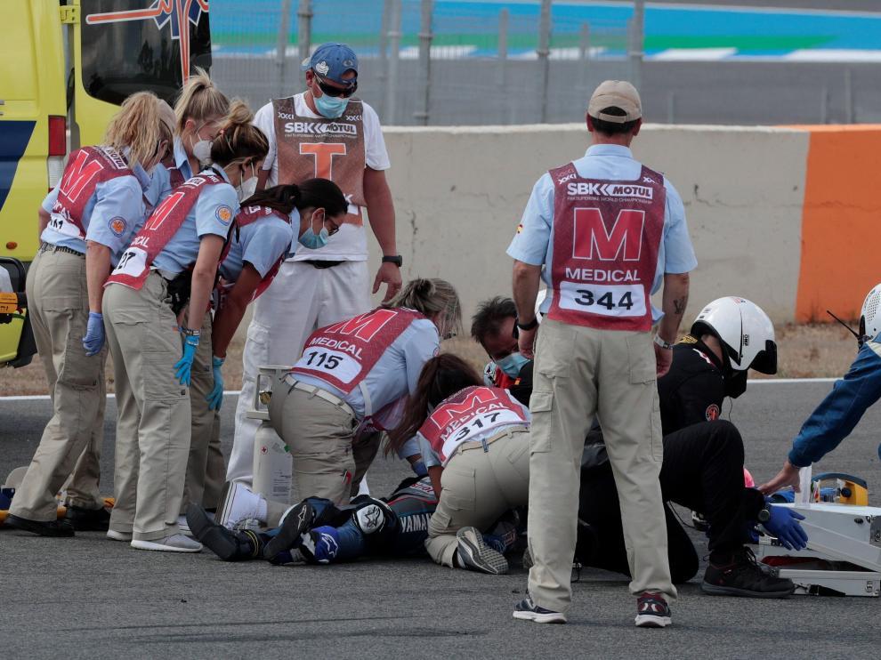 El equipo médico atiende al piloto de SuperSport300 Dean Berta Viñales (Viñales Racing Team) accidentado durante la primera carrera del Campeonato del Mundo