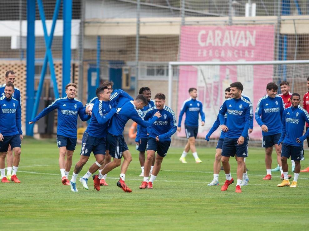 Un pasaje del entrenamiento del pasado jueves en la Ciudad Deportiva, con un buen ambiente entre los jugadore del Real Zaragoza.