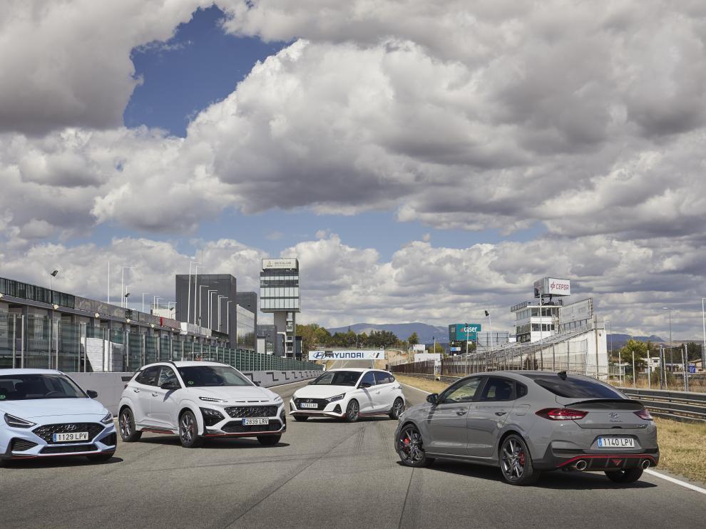Todos los modelos de la gama N de Hyundai: i30 Hatchback y Fastback, en primer plano, junto al Kona y, al fondo, el i20.