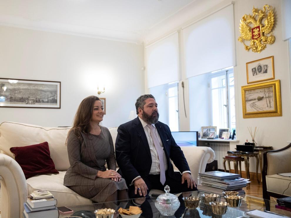Jorge de Rusia y Victoria Románova Bettarini, en su apartamento en Moscú.